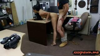 Хороший продавец всегда трахает свою клиентку после покупки на порно пикап