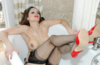 Valentina Cruz Wet In Nylons